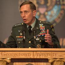 El General Petraeus dirigiéndose a los estudiantes en Georgetown